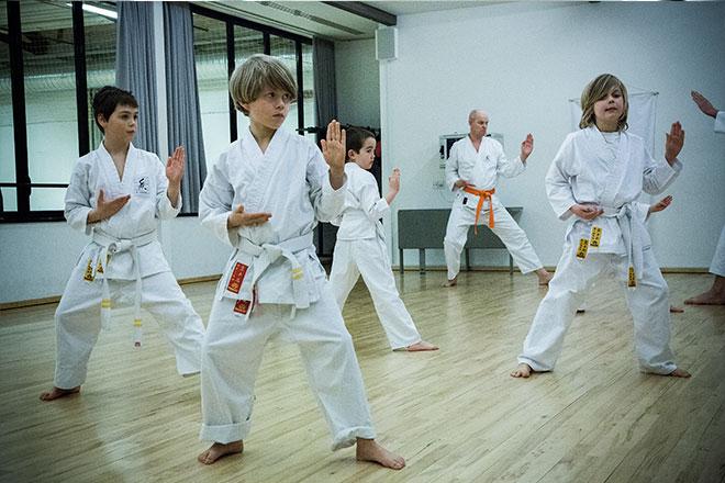 Børn træner toku-kata